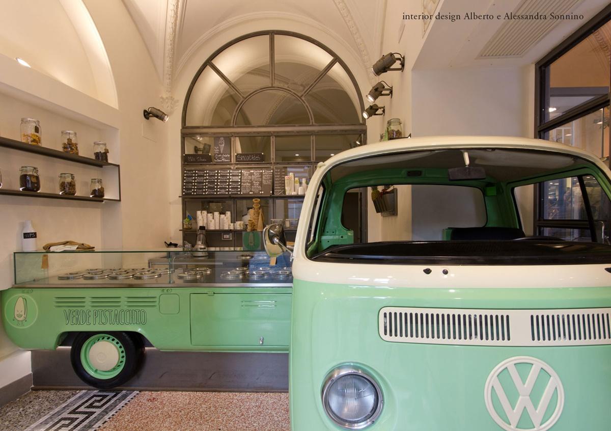 Verde Pistacchio è una gelateria nota per la creatività degli arredi e il suo squisito gelato che combina perfettamente modernità e tradizione. Negli interni colorati di verde pallido è situato un furgone Volkswagen su un lato della sala e anche delle lavagne sulla parete in cui sono annotati tutti i sapori