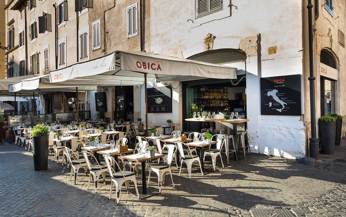 Obicà Mozzarella Bar è un ristorante, pizzeria e caffetteria situato in Piazza Campo dei Fiori che propone le migliori Mozzarelle di Bufala Campana, pizze e piatti della tradizione italiana, il tutto servito in un'atmosfera accogliente e cordiale