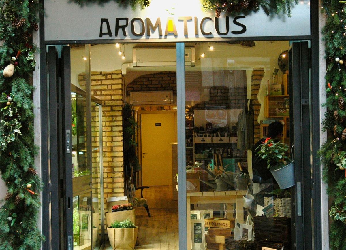 Aromaticus è un ristorante ideale per chi ama i luoghi gastro-radical chic ed offre la possibilità di acquistare spezie, erbe, fiori e molto altro, ma anche un ampio menù con ricette succulente e tantissime insalate sempre nuove e variegate.