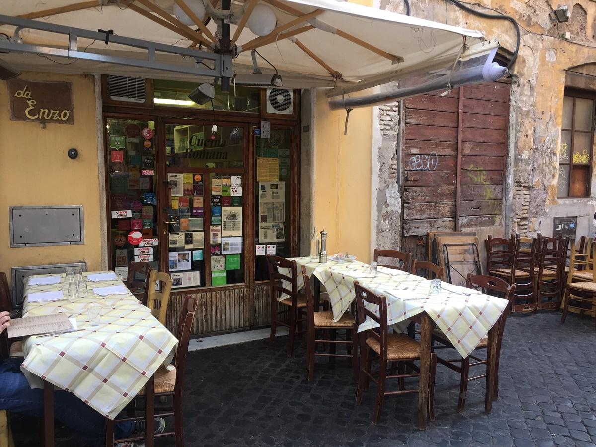 Trattoria Da Enzo Al 29 è infatti famosa per la sua cucina romana ed è il posto ideale per piatti di pasta classica come carbonara, amatriciana e cacio e pepe, sapientemente realizzati e che arrivano veloci sulla tavola