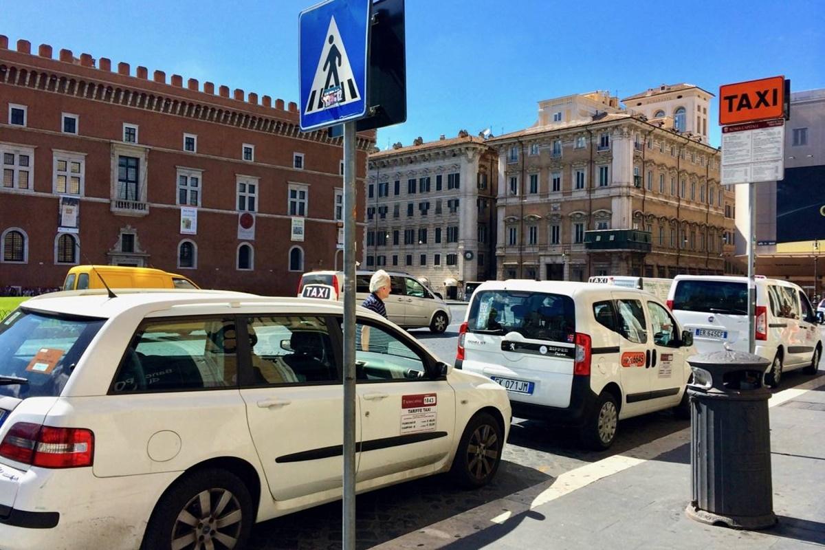 Un modo per muoversi a Roma comodamente è il taxi, anche se certamente trovarne uno libero in centro non sempre è facile
