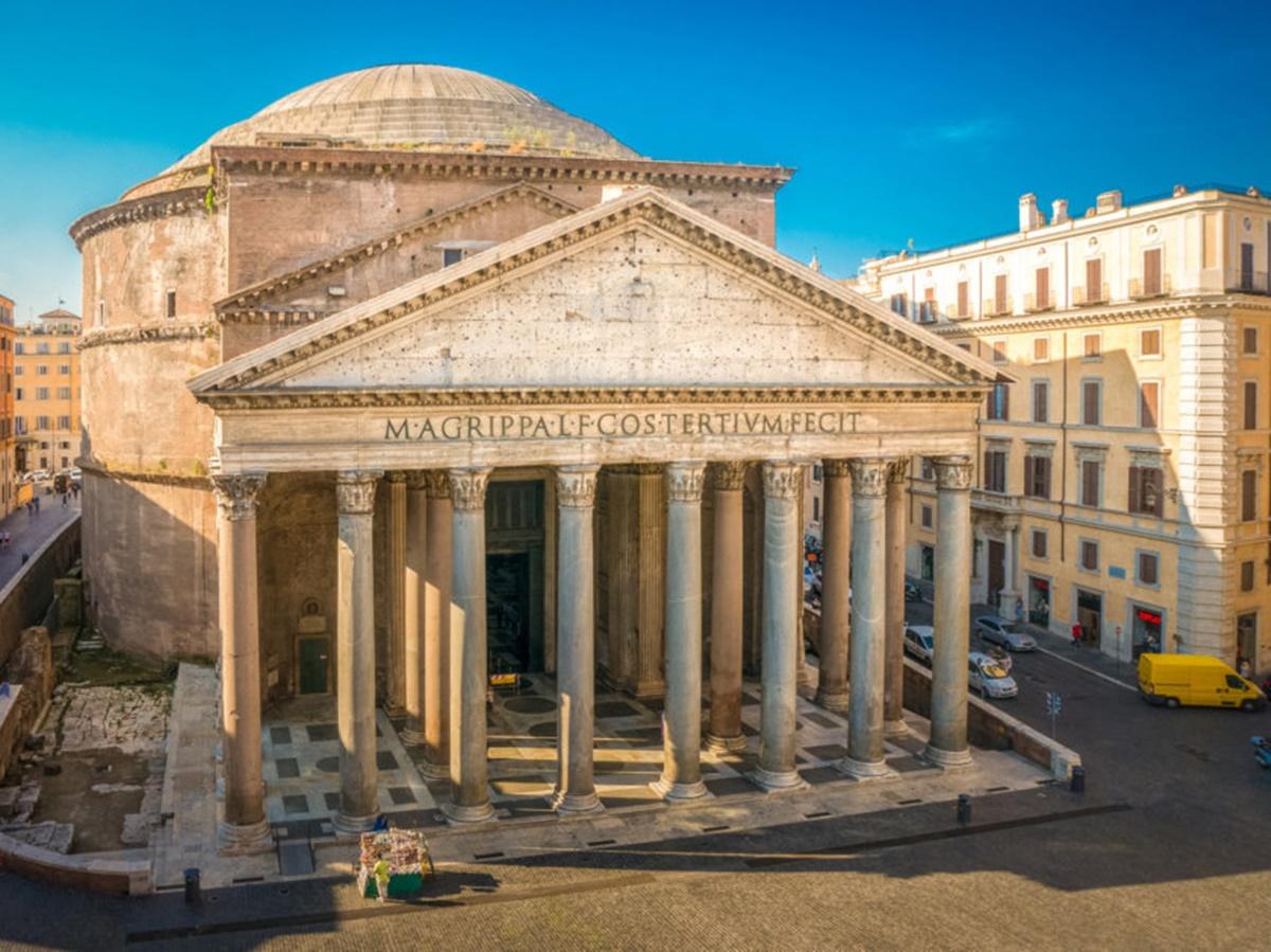 Oltre alla cupola, la meraviglia di questo tempio è anche la facciata rettangolare, composta da 16 colonne in granito grigie e rosa, alte 14 metri. Da notare l'iscrizione voluta da Agrippa. Per visitare meglio la zona è ideale alloggiare in un bnb economico Roma