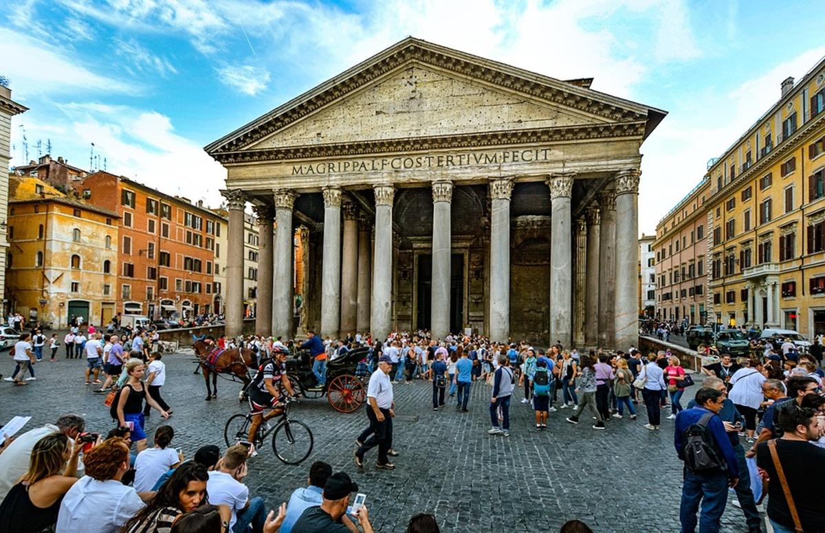 Davanti alla meraviglia della facciata del Pantheon, in Piazza della Rotonda, si erge la splendida fontana con obelisco, denominato Macuteo perché è stato ritrovato nel 1373 presso la piazza di San Macuto. Per visitare la zona è possibile prenotare uno dei tanti b&b Roma, molto confortevoli