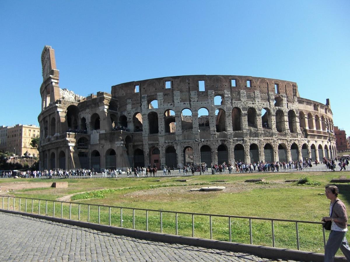 La costruzione del monumento fu iniziata da Vespasiano nel 72 d.C. e nell' 80 d.C venne inaugurato con 100 giorni di giochi, che videro la morte di 5000 belve e anche di diversi gladiatori. Successivamente il Colosseo fu completato da Domiziano e restaurato da Severo Alessandro, ma poi subì gravi danneggiamenti a causa di un incendio avvenuto nel 217d.C., che distrusse le strutture superiori, e di vari terremoti che si susseguirono a cominciare dal 442 fino al 1349