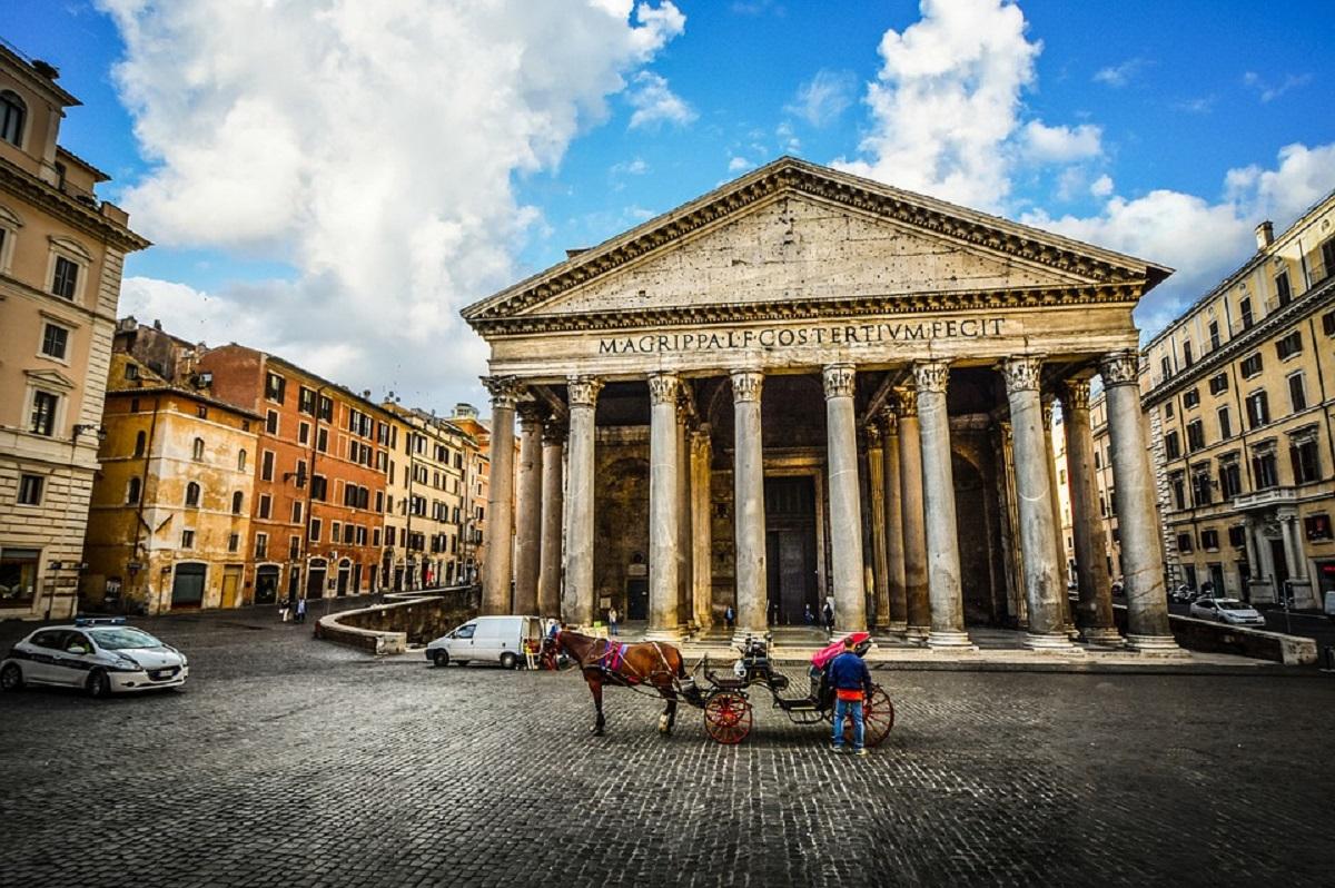 In un tour per visitare Roma tappa imperdibile è il Pantheon, monumento famoso per la sua gigantesca cupola. La zona nei dintorni è piena di locali, ristoranti, trattorie e caffetterie che popolano la piazza ed è facile prenotare un bnb economico Roma. Pantheon Roma.
